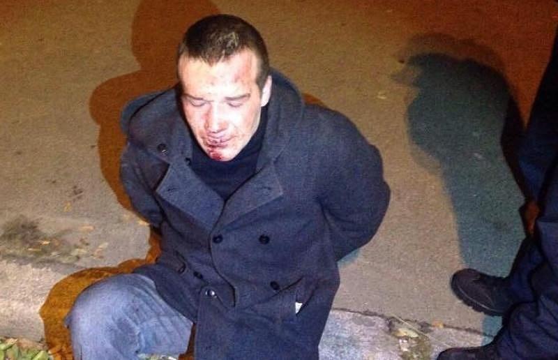 Девочки-подростки устроили самосуд над грабителем, похитившим телефон. Видео