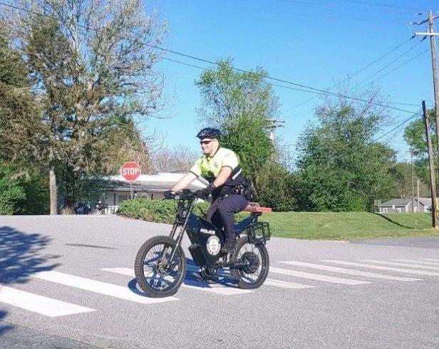 Фото - Полицейский на электровелосипеде