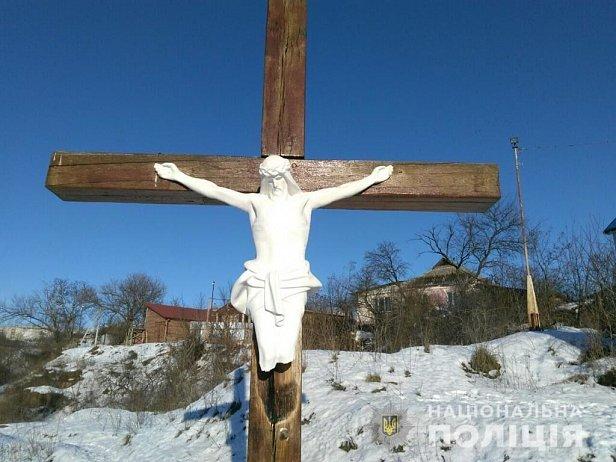 В Умани вандалы осквернили деревянный крест с распятием
