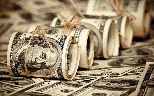 Украинцы массово начали продавать валюту