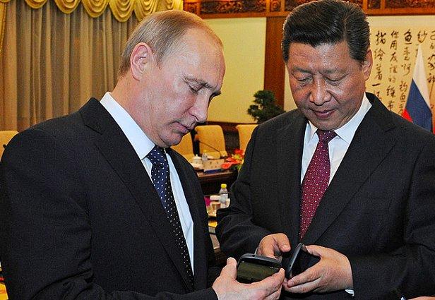 фото - YotaPhone банкротство / Путин дарит смартфон YotaPhone2