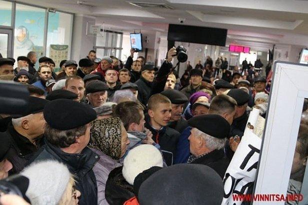В Виннице противники повышения «коммуналки» пошли на штурм горсовета