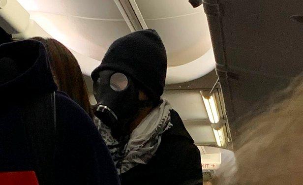 фото - надел противогаз в самолете в США