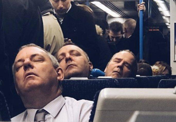 """Случайная встреча троих """"одинаковых"""" незнакомцев в метро поразила сеть"""