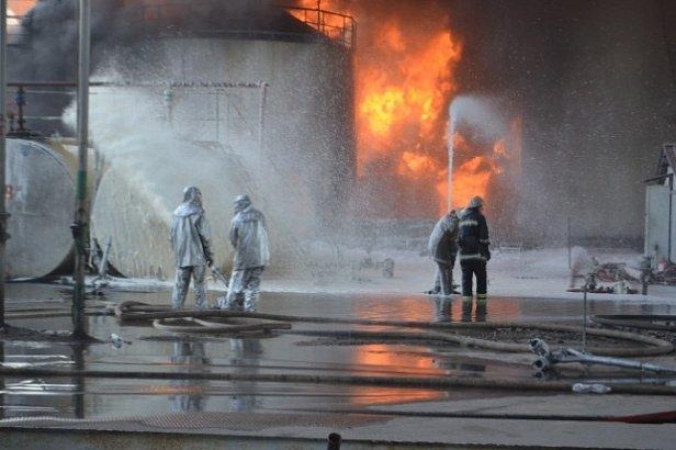 ГСЧС: на нефтебазе под Киевом продолжают гореть 14 емкостей