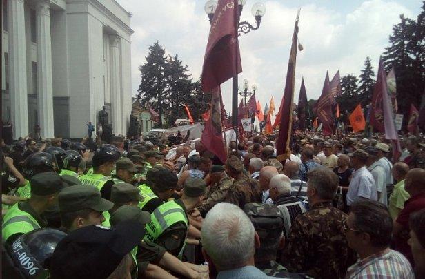 """""""Прорвали кордон"""": под Радой произошли стычки митингующих с полицией"""