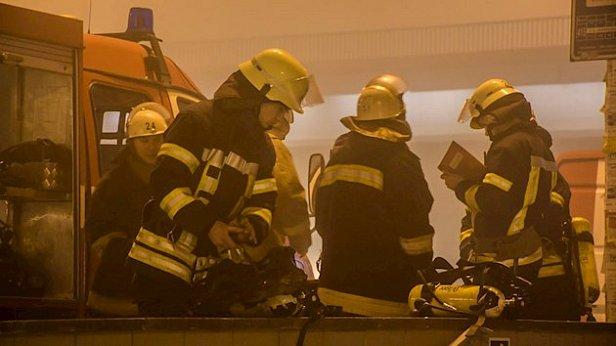 Срочно: в Киеве станцию метро окружили пожарные и смог (фото)