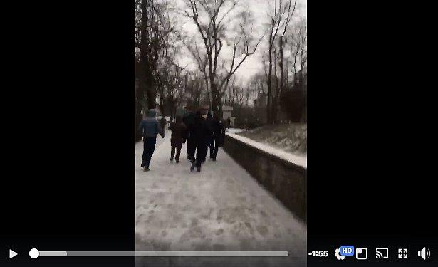"""В Киеве избили """"коммуниста-антимайдановца"""", который раздавал листовки (18+)"""