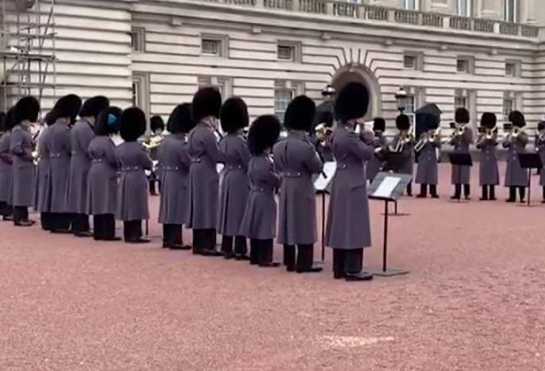 Охрана Букингемского дворца исполнила хит группы Queen