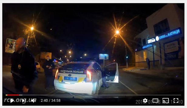 В Одессе полицейские били по автомобилю пистолетом и угрожали водителю (видео)