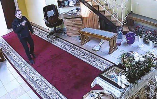 В Тернополе в церкве вор трижды перекрестился, а затем украл деньги