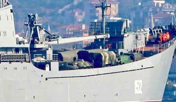 Россия срочно перебрасывает в Сирию бронетехнику для десанта и катера: фото