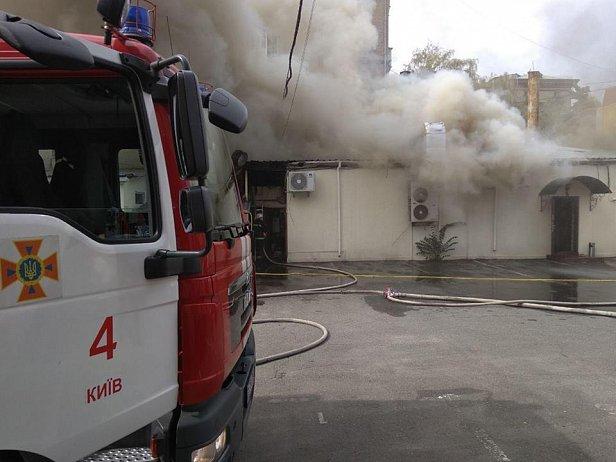 Срочно! В Киеве горит ресторан (фото и видео)