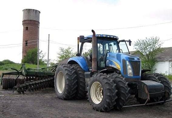 Под Мариуполем трактор подорвался на мине, тракторист получил контузию
