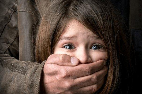 В вагоне метро педофил более десяти минут насиловал 12-летнюю девочку