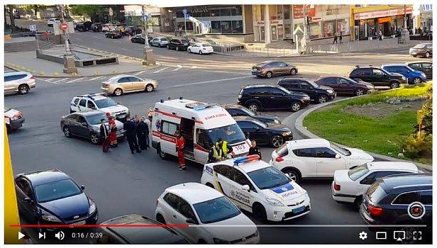 МОЛНИЯ: В центре Киева избили нардепа (видео)