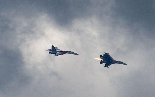 Фото - В небе столкнулись два военных истребителя: первые кадры