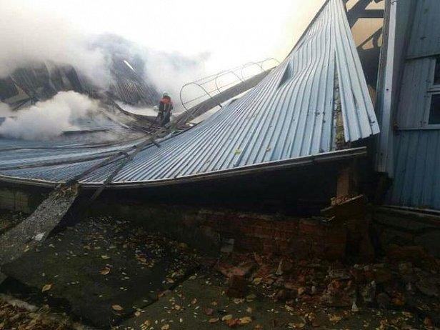 Пожар в детской спортшколе на Киевщине: обрушилась крыша и перекрытия (фото)
