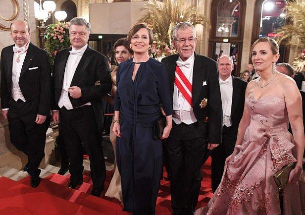 Появились фото и видео Порошенко с женой на Венском балу
