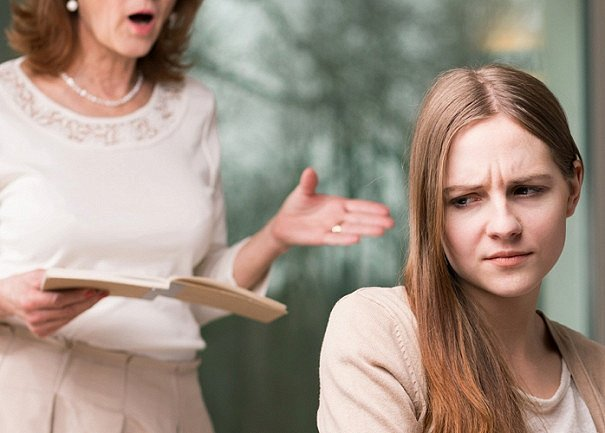 Половое воспитание: учительница соблазнила школьницу прямо в классе (фото)