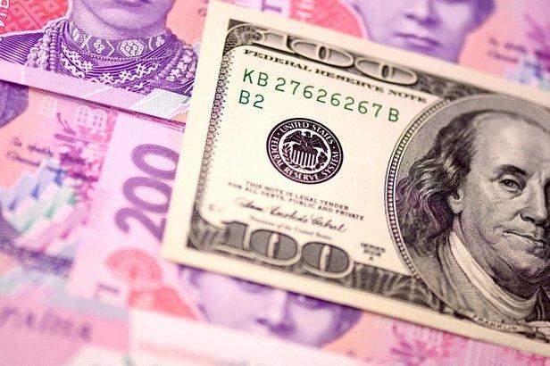 Гривня сдает позиции: в Украине резко подскочил курс доллара и евро