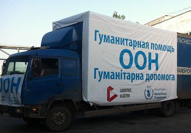 На фото - машина с гуманитракой от ООН
