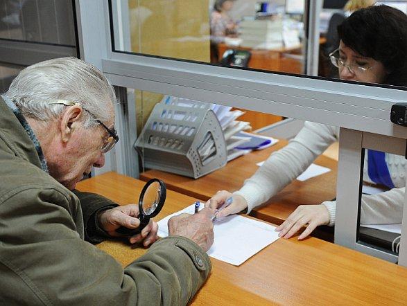 Пенсионеры, достигшие 65 лет, получат повышенную пенсию