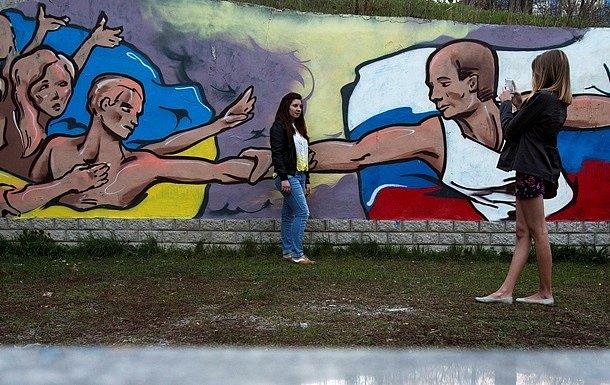 Ходят с флагами Украины: крымчане протестуют против оккупантов