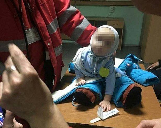 У Києві біля вокзалу жінка залишила 9-місячну дитину й пішла пиячити (фото)