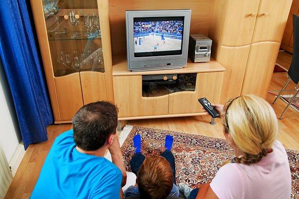На фото  - семья перед телевизором