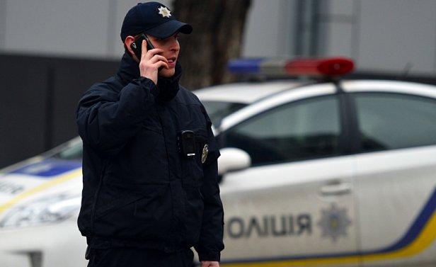 В Киеве возле метро патрульные проверяют военные билеты