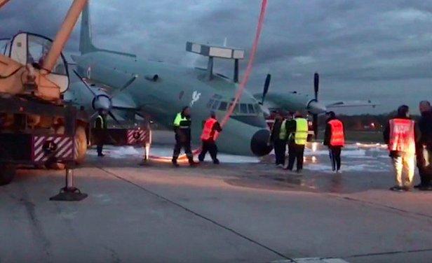 Появилось видео аварийной посадки военного самолета