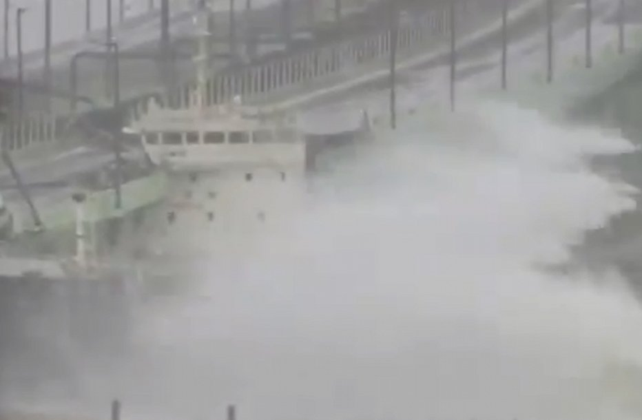 Мощнейший за 25 лет: Японию накрыл тайфун (фото, видео)
