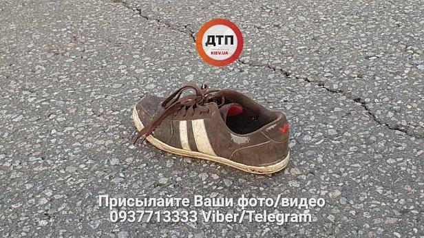 Без головы: в Киеве мужчина бросился под машину (фото 18+)