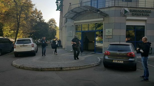 Фото - стала известна причина обысков в банке Порошенко