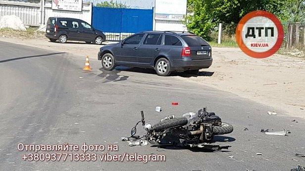 В Киеве водитель скутера после ДТП попал в реанимацию, оставив часть мозга на дороге