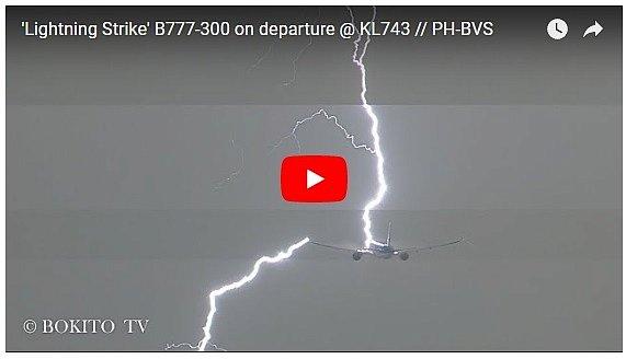 Уникальное видео: в самолет попала молния