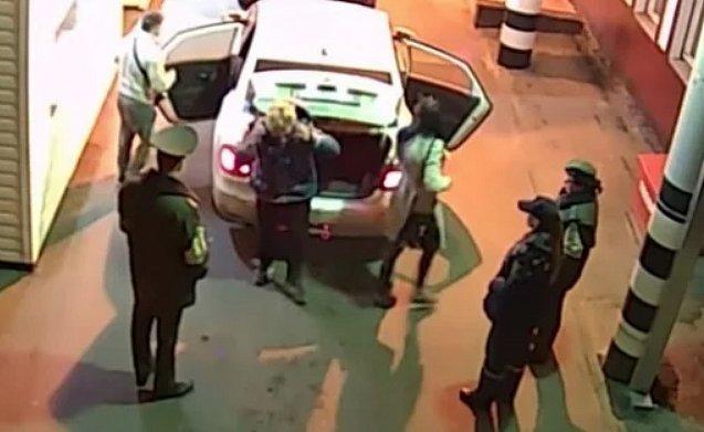 Россиянин пытался перевезти тещу в Украину в багажнике (видео)