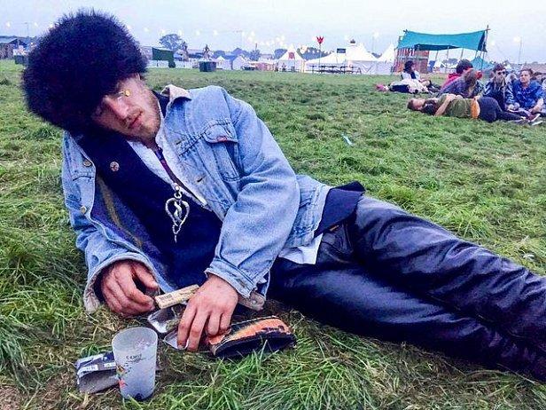 В Англии 60 человек устроили флешмоб вокруг спящего парня, а он не проснулся