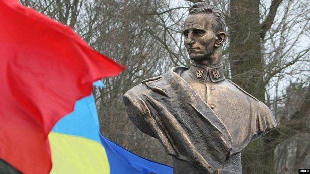 Фото - Памятник Роману Шухевичу в селе Билогорща на Львовщине