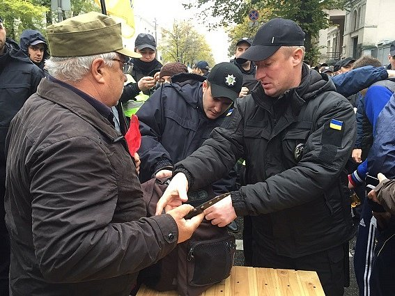 У киевлян будут проверять документы, полиция предупредила о тотальных обысках