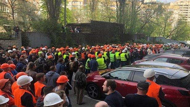 фото: В Киеве на митинг вышли строители Шулявского моста