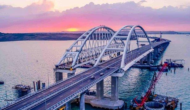 Кусок Крымского моста отвалился: все подробности