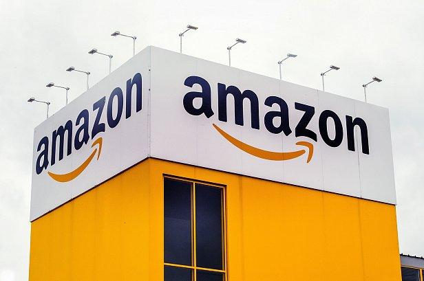 На фото логотип Amazon.com