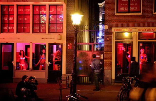 В Амстердаме запретили туристам смотреть на проституток