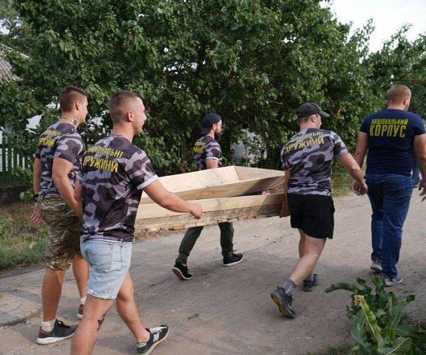 Фото - под дом Кирсанова принесли гроб