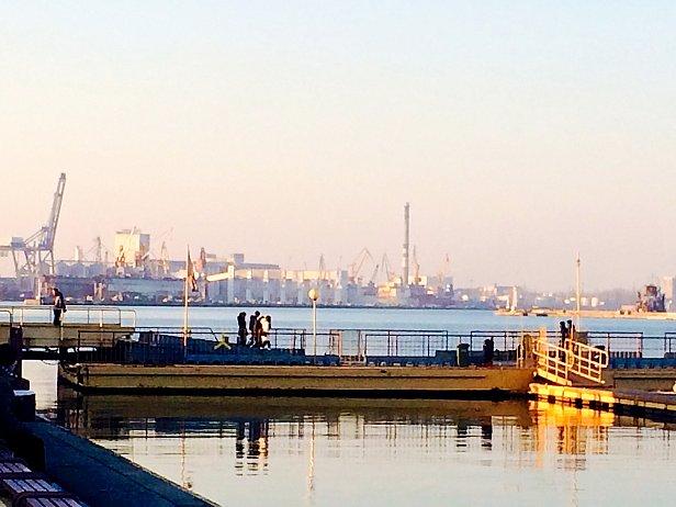 На заднем фоне фото Одесский морской торговый порт