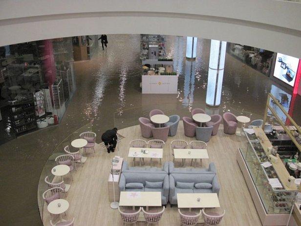 Фото — Затопленный первый этаж ТРЦ Ocean Plaza