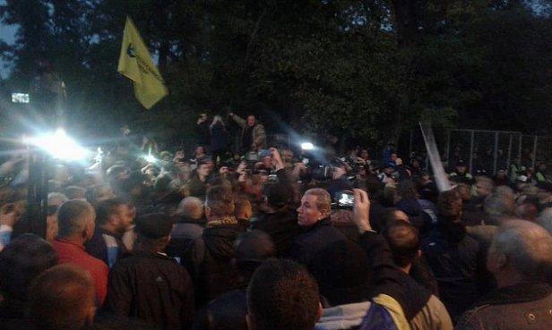 СРОЧНО: протестующие под Радой избили нардепа БПП