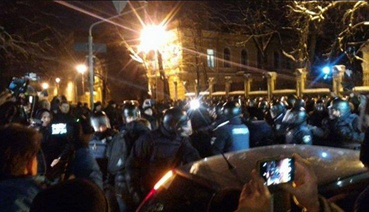 Под АП столкновения с полицией: онлайн-трансляция